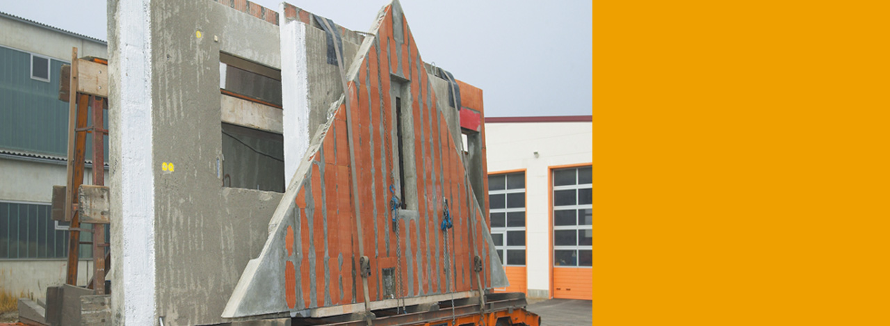 Transport der vormontierten Ziegelwand zum Bauvorhaben